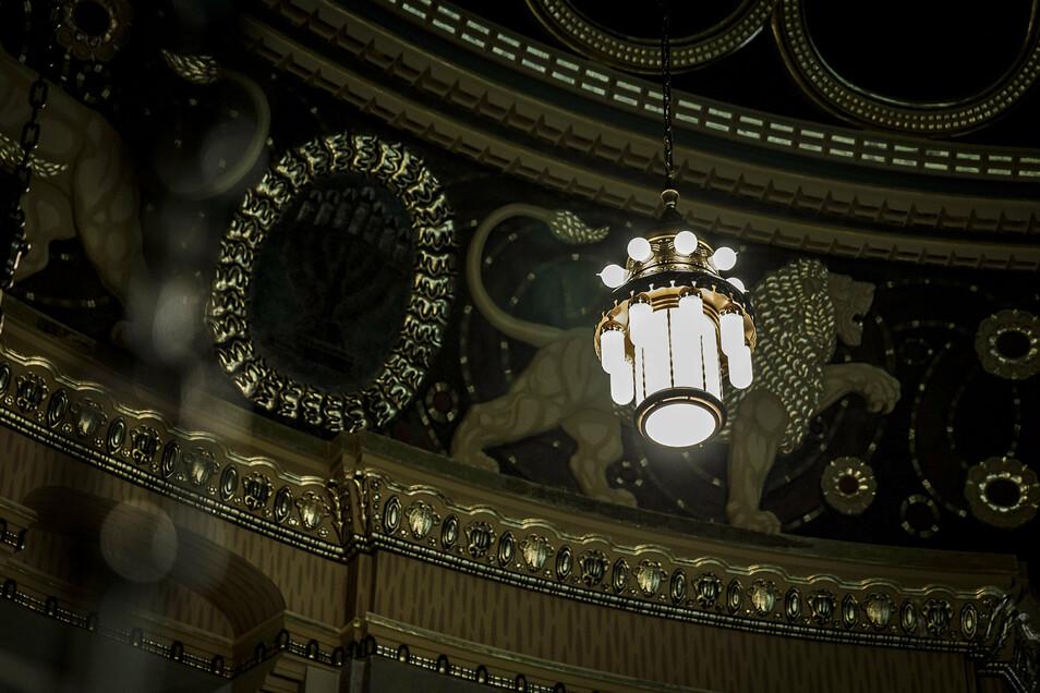 Der erste Leuchter hängt. Die Lampen sind dreistöckig angeordnet. Jede Etage kann separat eingeschalten werden. Zusätzlich ist das komplette Licht dimmbar.