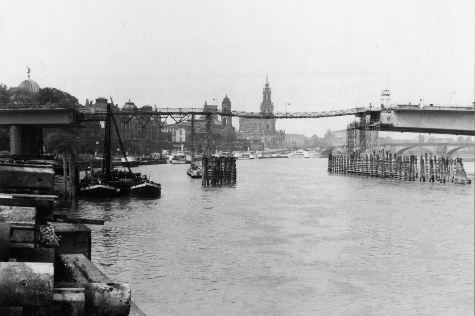 Juni 1970: Die Elbquerung wächst. In der Mitte ist noch die Hängebrücke zu sehen. Sie diente den Bauleuten als Zugang. Zudem lag dort das Rohr darauf, durch das der Beton gepumpt wurde.