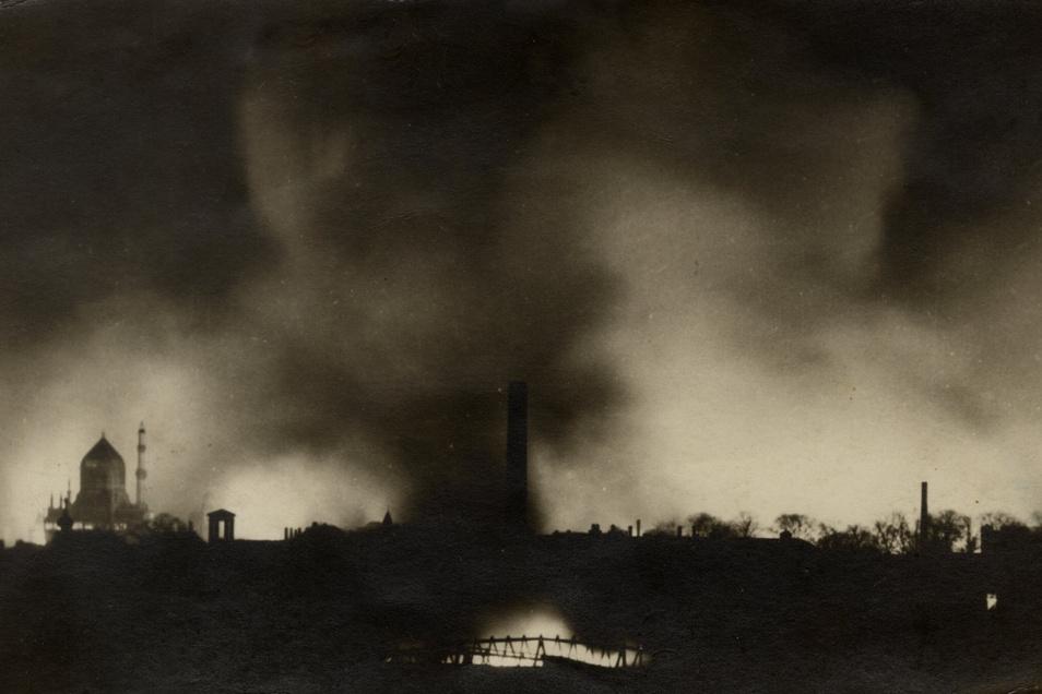 Die Friedrichstadt brennt nach dem Luftangriff am 16. Januar 1945.