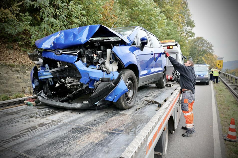 Ein Abschleppdienst hat die Unfallautos geborgen.