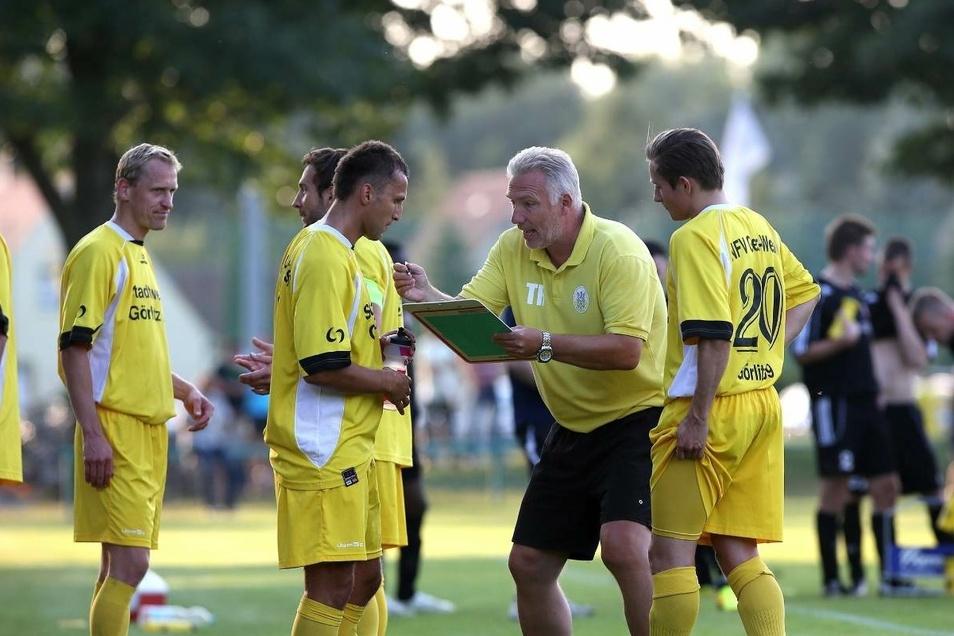 Das waren noch Zeiten: Görlitz hatte eine starke Fußballmannschaft, und der immer engagierte Trainer Fred Wonneberger (2. von rechts) setzte alles daran, sie immer besser zu machen. Hier erklärt er neuen ausländischen Spielern mit viel Gestik die Takt