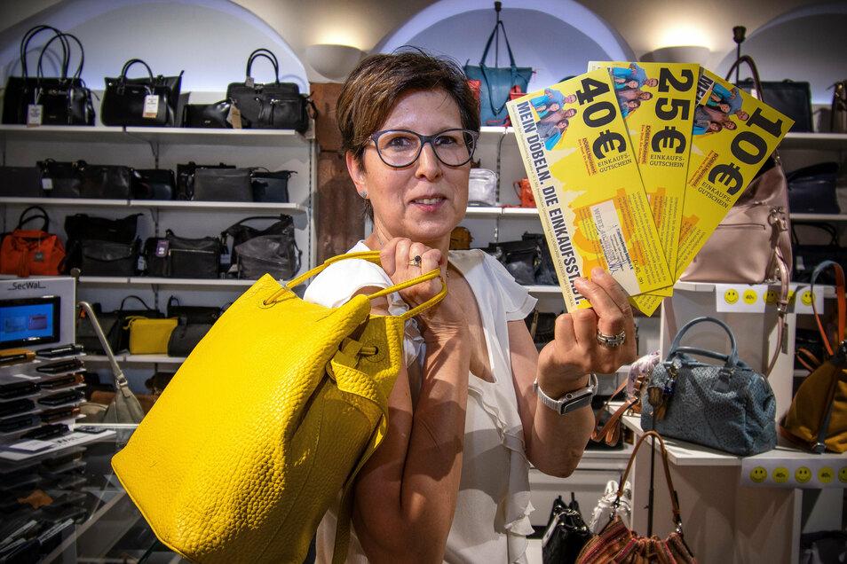 """Bettina Illge, Inhaberin des Geschäfts """"Trends in Leder"""", hat schon einige der neuen Gutscheine von Kunden in Empfang genommen."""