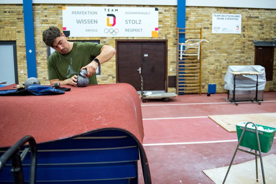 Dank einer Ausnahmeregelung vom sächsischen Innenministerium darf Kugelstoßer David Storl im IAT in Leipzig weiter trainieren. Daran ändert auch die Olympia-Absage und Verschiebung von einem Jahr nichts..