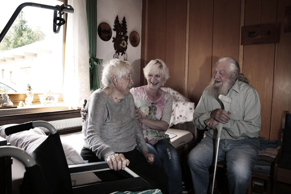 Violetta Magalska aus Polen (Mitte) kümmert sich um die pflegebedürftige 89-jährige Gertrud Petzoldt und ihren 91-jährigen Ehemann Siegfried. Dafür ist sie mit in die Wohnung des Paares in Lauta im Landkreis Bautzen eingezogen.