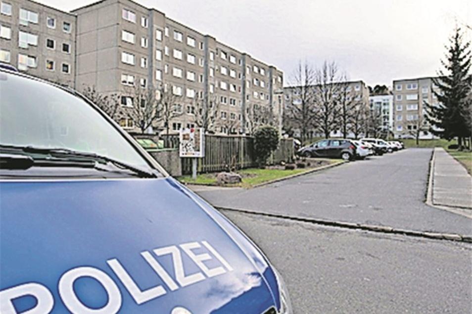 Die Polizei ermittelte zunächst im Wohnumfeld des Toten.