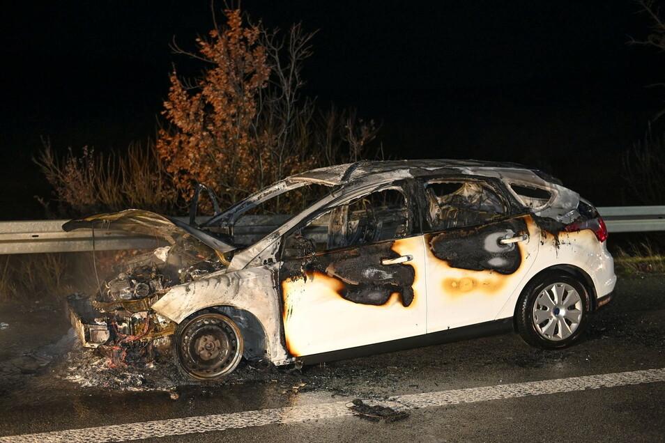 Auf der Autobahn zwischen Dresden und Bautzen ist am Freitagabend ein Ford Focus vollständig ausgebrannt.
