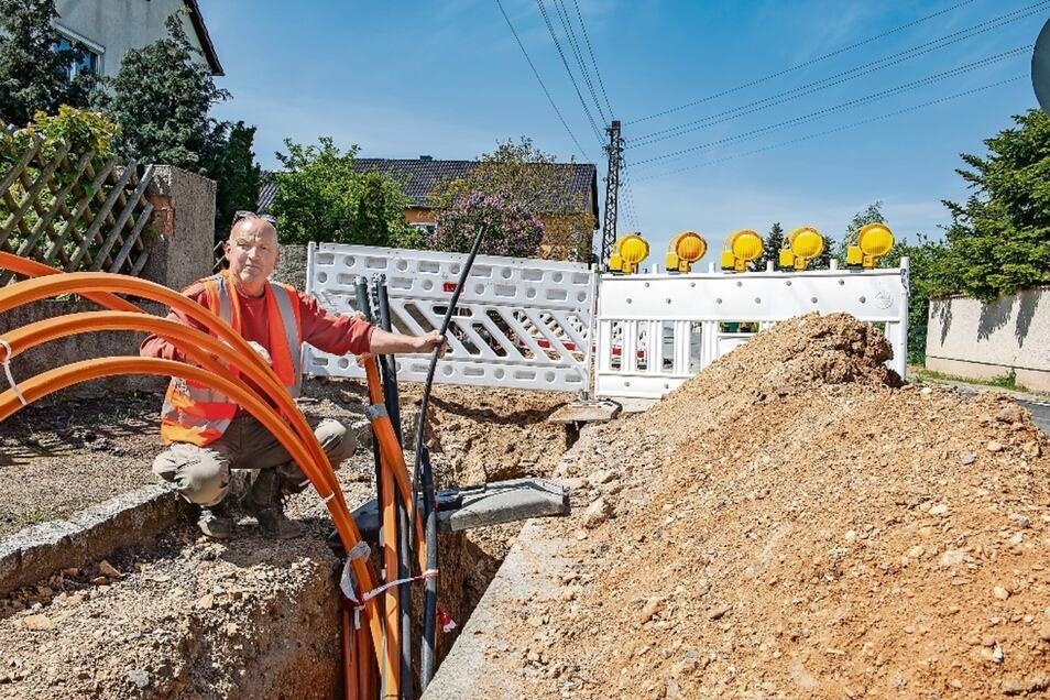 """Gunter Nitsche und seine Mitarbeiter der gleichnamigen Straßenbaufirma haben alle Hände voll zu tun, um beim """"Kabelsalat"""" in Bauda den Überblick zu behalten. Ein bis vor Kurzem nicht bekannter Kanal hat ihnen das Leben zusätzlich schwer gemacht."""