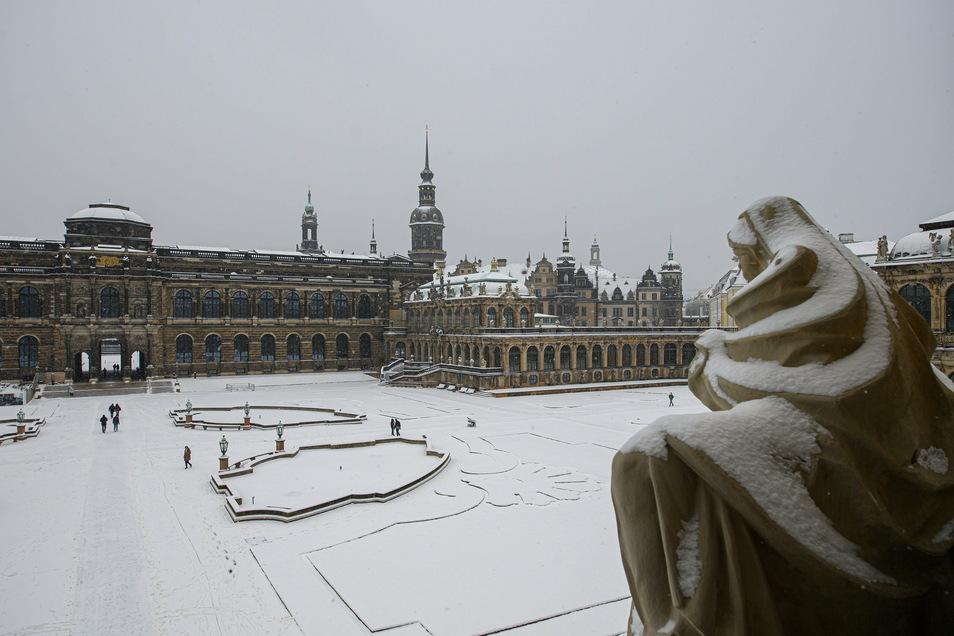 Sachsen, Dresden: Verschneit ist der Zwinger vor der Hofkirche (l-r), dem Hausmannsturm, dem Residenzschloss und der Frauenkirche.