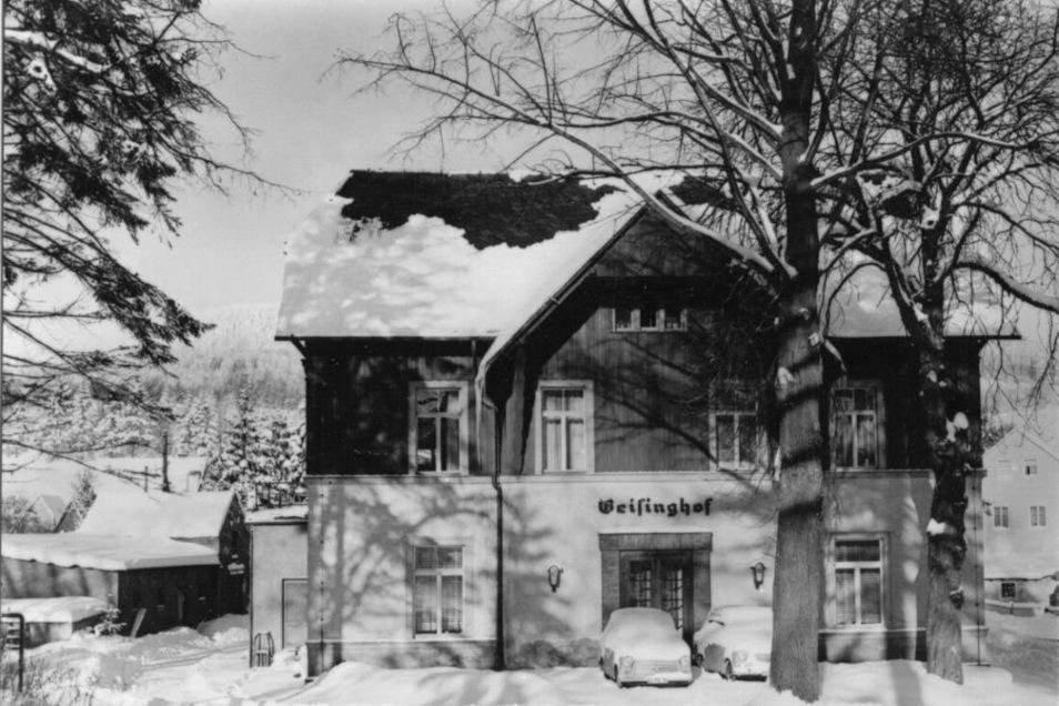 Der Geisinghof auf einer Ansichtspostkarte von 1970.