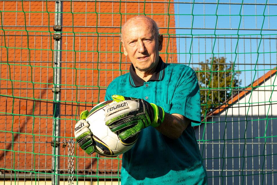 Freizeitfußballer Heinz Friese vom SV Berthelsdorf steht mit seinen 90 Jahren immer noch im Tor.