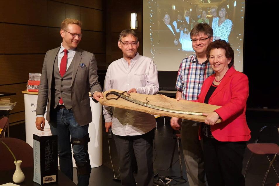 Intendant Daniel Morgenroth (links) überreichte den Theaterfreunden Armin Pietsch, Jan Lange und Bärbel Fliegel einen Säbel.