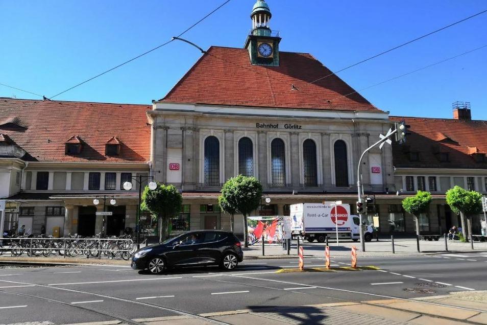 """""""Bahnhof Görlitz"""" steht dran. Drinnen aber ist gerade Zeitreise. Und Ortswechsel: Für einen Film wird Görlitz zu mehreren anderen Städten."""