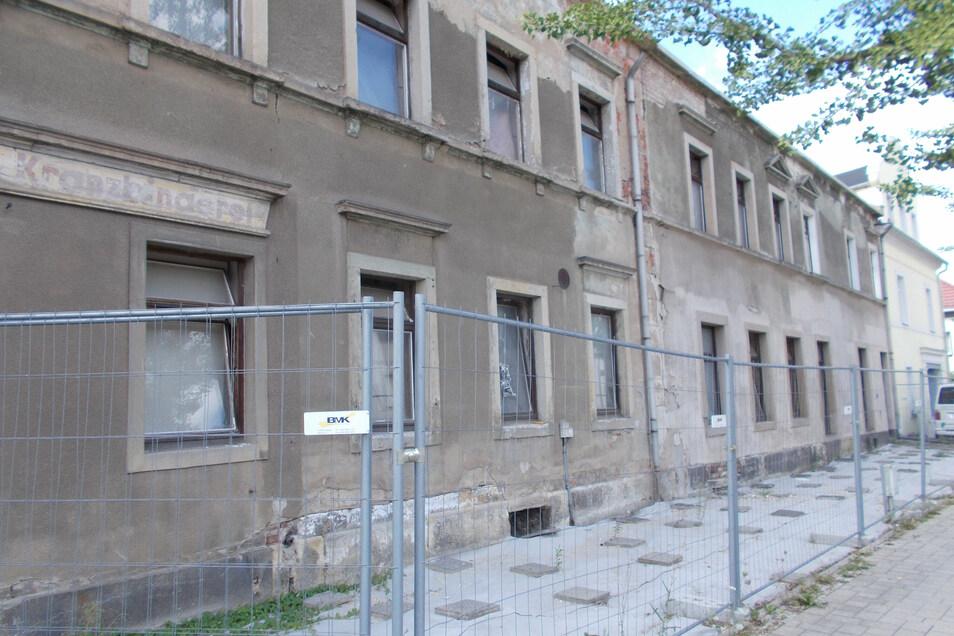 Das stark verfallene Haus an der Rottwerndorfer Straße 6 wird derzeit auch von der hinteren Seite gesichert und beräumt.