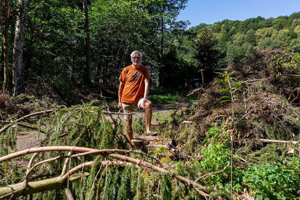 Jürgen Morgenstern ist unzufrieden damit, wie es am Müglitzhang in Schlottwitz nach den Waldarbeiten dort aussieht.