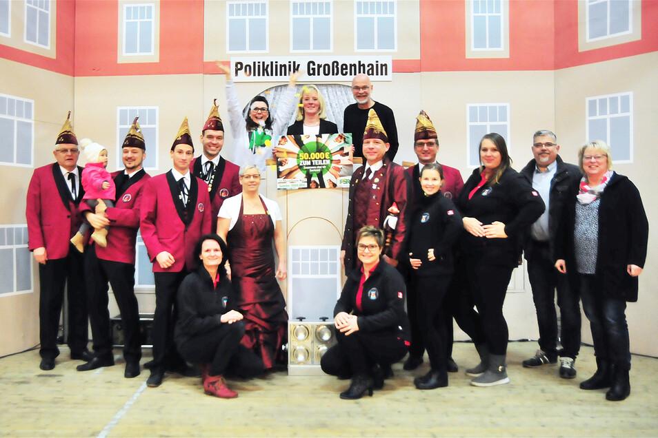 Apotheken-Inhaberin Kerstin Boragk und ihr Mann Uwe (r.) freuten sich über den heißen Geldsegen für die Folberner Carnevalisten. Zu verdanken haben die Narren diesen einem Gewinnspiel, an welchem die Großenhainerin Anett Zalkow (Mitte) teilnahm. Das Radio