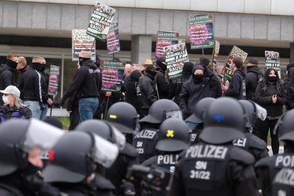 """Im Mai demonstrierten Anhänger der rechtsextremen Partei """"Der III. Weg"""" auf einer Kundgebung der Partei """"Freie Sachsen"""" in Chemnitz."""