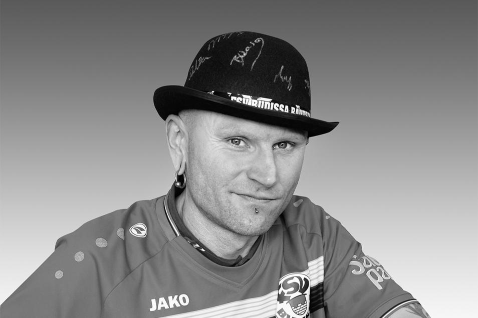 Ronny Menzel war vielen Sportfreunden als Fahnenträger von Budissa Bautzen bekannt.