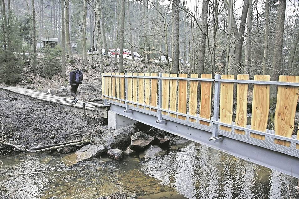 Wanderer gelangen über diese neue Metallbrücke von der Ottomühle zu den Herkulessäulen im Bielatal.