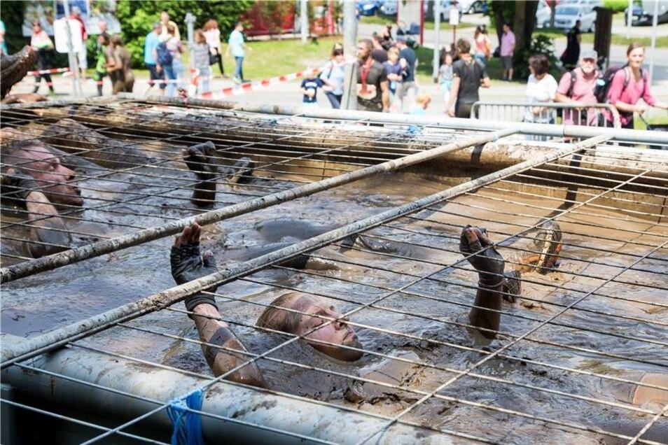 Dafür, dass auch wirklich niemand sauber ins Ziel kam, sorgte dieser Hänger – gefüllt mit Schlammwasser.