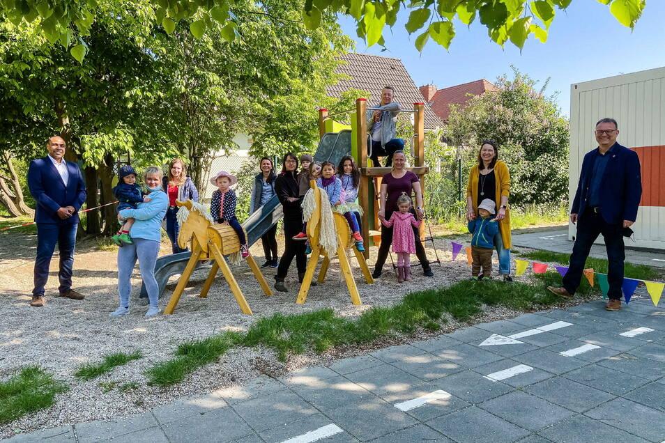 Zwei Holzpferde haben Elternrat und Förderverein jetzt an die Kita Regenbogen in Königsbrück übergeben. Mit dabei Bürgermeister Heiko Driesnack (r.)