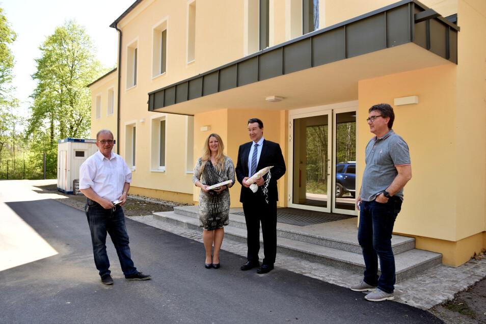 Lucie und Boris Schubert (Mitte) investierten in die Residenz und erfüllten damit auch einen großen Wunsch von Bürgermeister Manfred Heine (links)