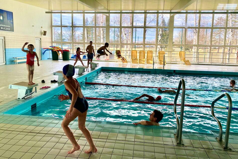 So voll wie am Aktionstag zur Rettung der Halle Anfang Februar wird es in der Schwimmhalle Hirschfelde erst Ende August wieder. Bis dahin ist sie geschlossen.