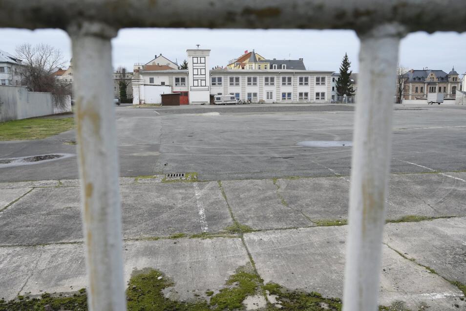 Edeka und Aldi möchten auf die Widmann-Fläche in Riesa expandieren. Das Feuerwehrgebäude im Hintergrund müsste dafür weichen.