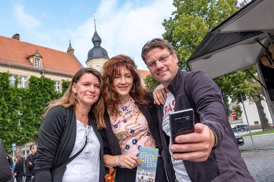 Erinnerungsfoto mit Popmusikerin Nea Marten: Jens und Kerstin sind aus Berlin angereist, um das Stadtfest zu besuchen - und die Sängerin zu sehen.