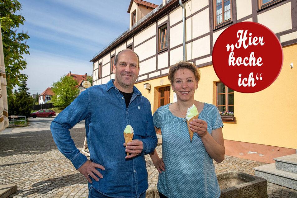 René und Katja Frenzel vor ihrem Erbgericht Bertelsdorf. Die Unwägbarkeiten sind nicht hausgemacht.