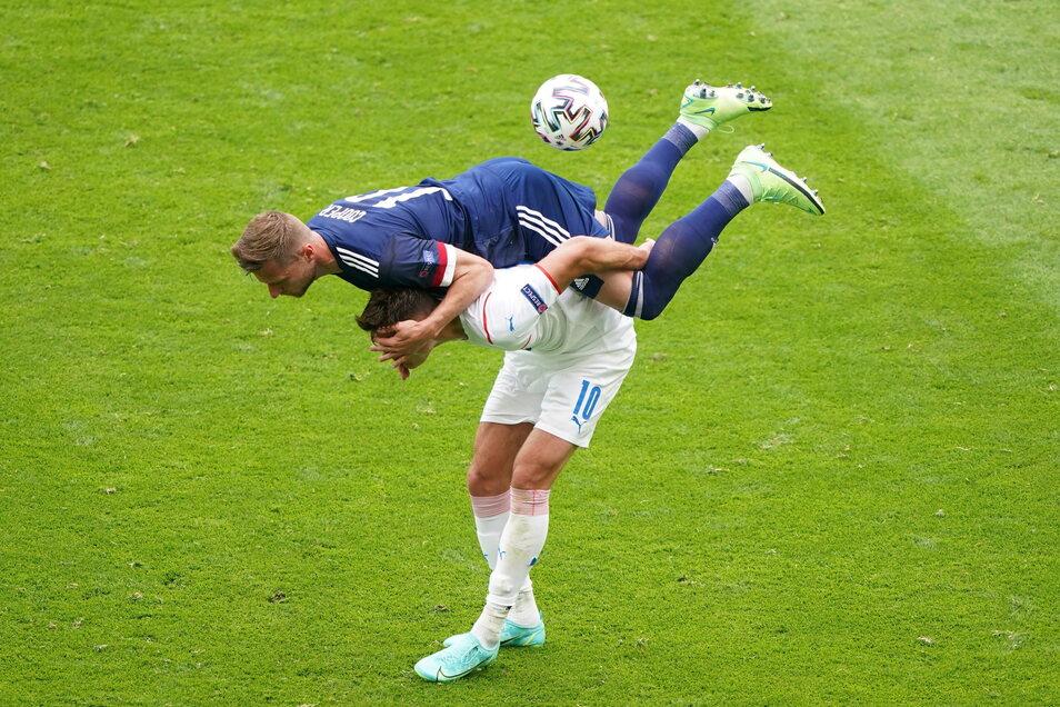 Schottlands Ryan Christie (oben) und Tschechiens Michael Krmencik kämpfen um den Ball. Solche Bilder wird es am Freitag beim ersten Aufeinandertreffen zwischen Schottland und England seit vier Jahren häufiger geben.