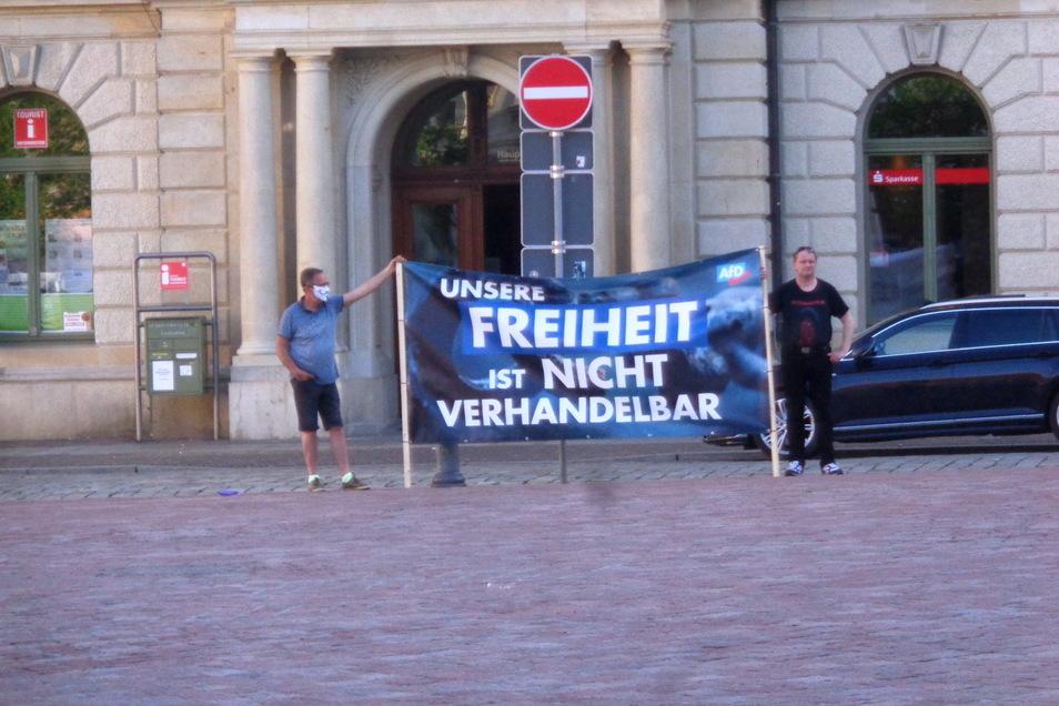 Mahnwache am Montag vor dem Großenhainer Rathaus. Da wird auch mal auf den Mund-Nasen-Schutz verzichtet ...