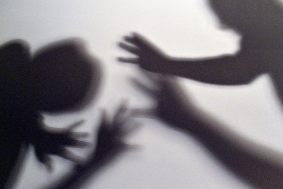 Nach Angaben des Kinderschutzbundes sterben im Schnitt in Deutschland drei Kinder pro Woche an den Folgen von Gewalt oder Vernachlässigung.