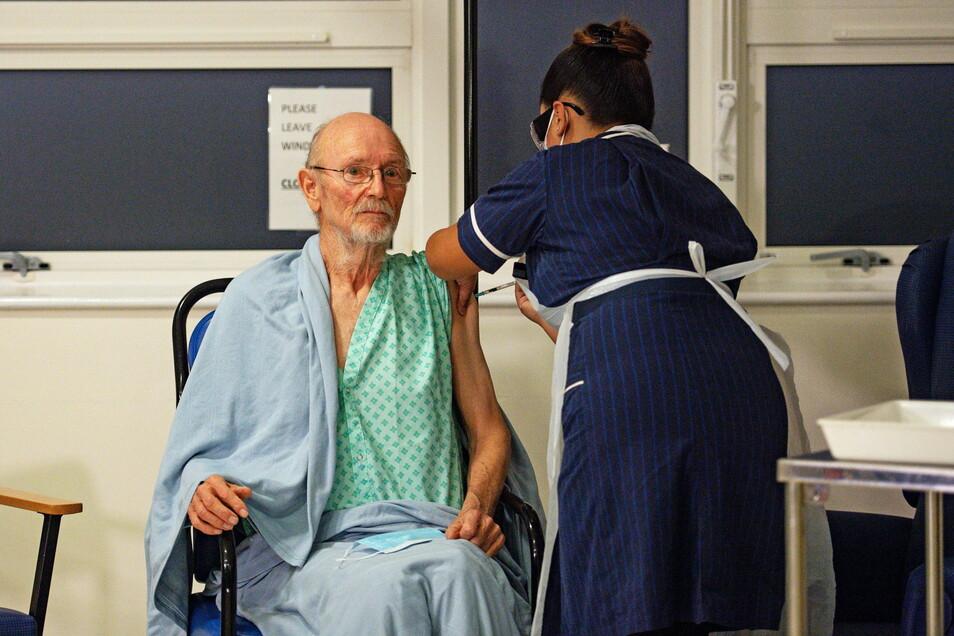 Der 81-jährige William Shakespeare (l) bekommt im Universitätskrankenhaus Coventry zu Beginn der Impfkampagne den Pfizer/BioNtech-Impfstoff gegen das Coronavirus.