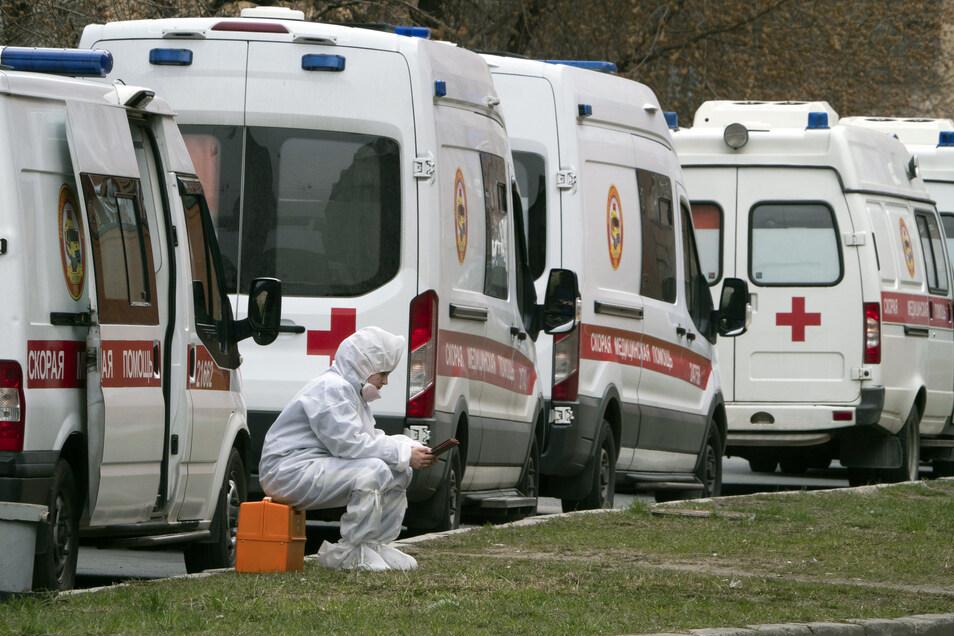 Krankenwagen stehen in St. Petersburg Schlange, um Patienten, die unter Corona-Verdacht stehen, in die Aufnahmeabteilung des Pokrowskaja-Krankenhauses zu bringen.