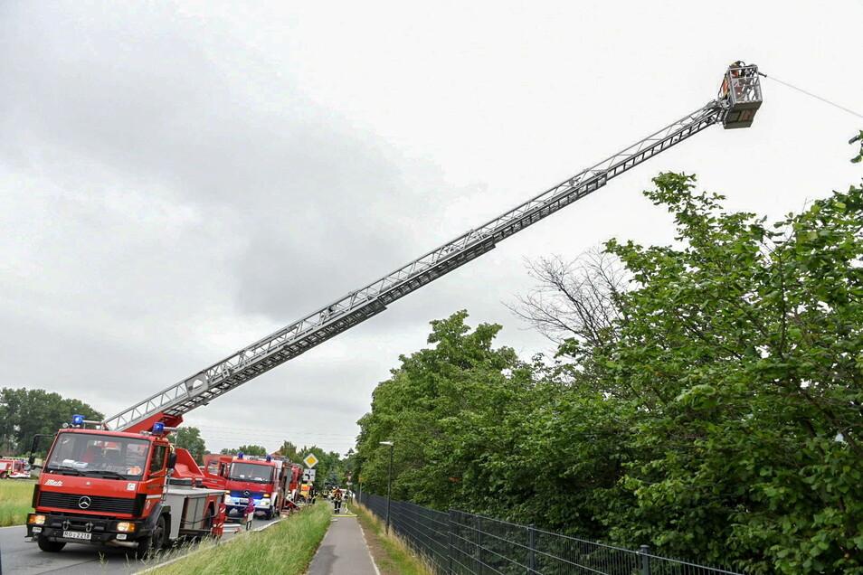 Unter Atemschutz und mit Drehleitern gingen die Kameraden gegen das Feuer vor.