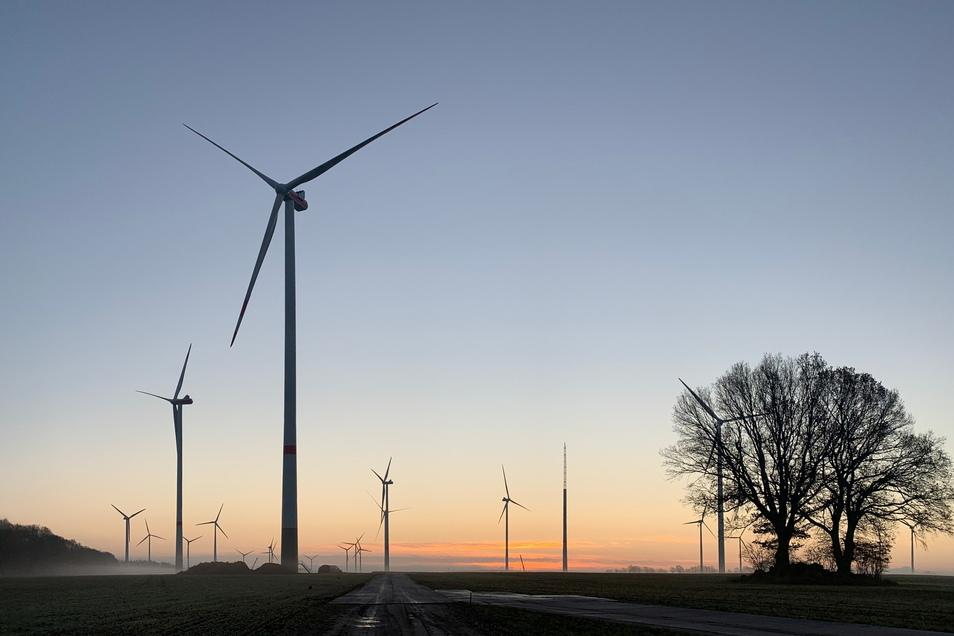 Der Windpark Warnsdorf in Brandenburg mit Windkraftanlagen im Sonnenuntergang. UKA Meißen hat jetzt zwölf solcher Anlagen an einen Energie-Fonds verkauft.