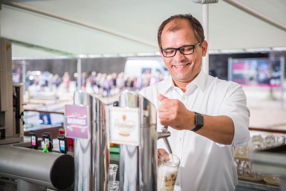 Fast wie aus der Bierwerbung: Elbezeit-Chef Jeffrey Pötzsch glaubt fest daran, dass Dampfer-Gäste auch in Zukunft ihre frisch Gezapftes bestellen können.