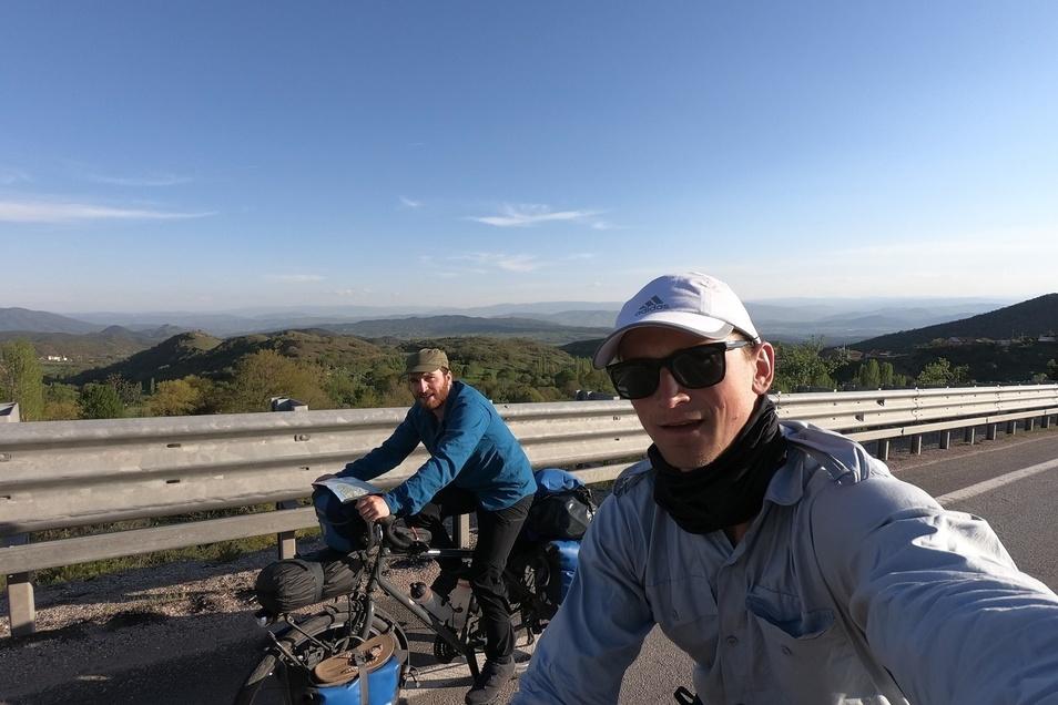 Georg Walther (li.) aus Schmiedeberger und Tobias Heber aus Ruppendorf sind gerade mit dem Fahrrad unterwegs nach Südchina. Derzeit sind sie in der Türkei.