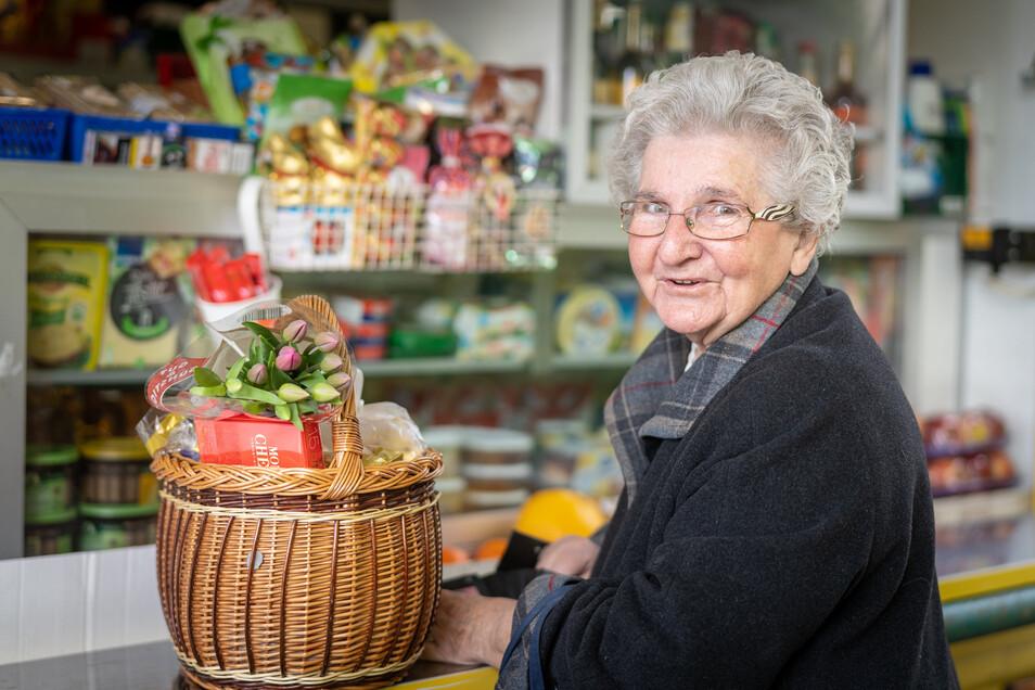 """""""Vollmilchschokolade und vier Häsel bitte"""". Die 86-jährige Christa Zieger hat Süßigkeiten für Ostern und frische Tulpen gekauft."""