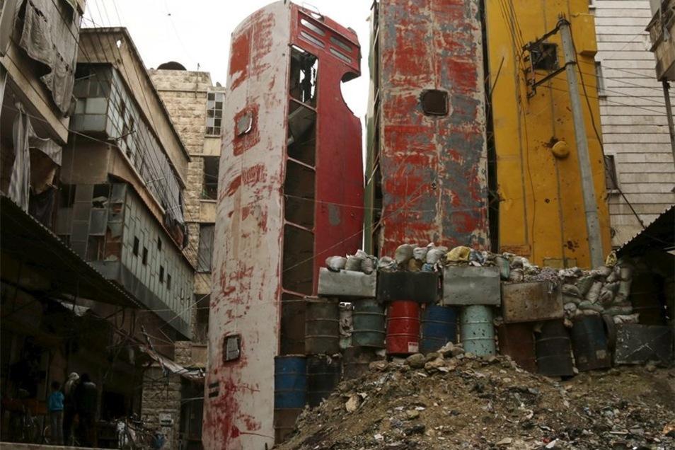 Schwere Kämpfe gegen Assad-Truppen haben in diesem Viertel seinerzeit noch nicht stattgefunden; keines der Gebäude weist Einschusslöcher oder große Schäden auf. Hier zu sehen sind die Busse von der anderen Seite.