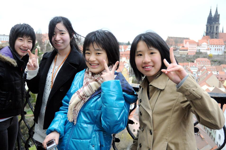 Sie fühlen sich offensichtlich wohl: japanische Touristen auf dem Turm der Frauenkirche in Meißen.