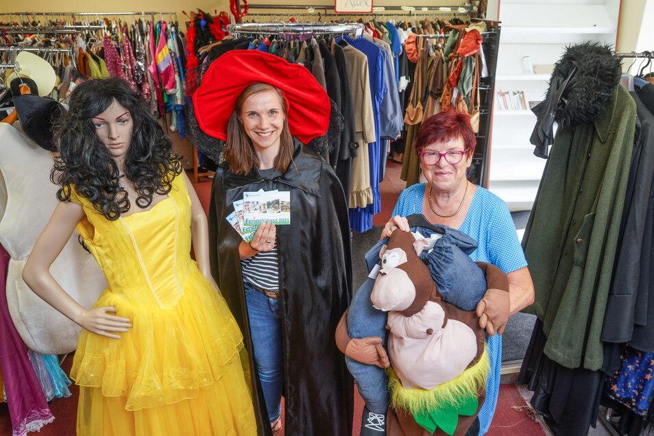 Madlen Raupach vom Stadtmarketing Bischofswerda organisiert den Ferienpass für Schüler. Dabei können sich die Kinder und Jugendlichen unter anderem ein Kostüm bei Christine Bär (r.) im Kleiderfundus ausleihen und sich damit fotografieren lassen.