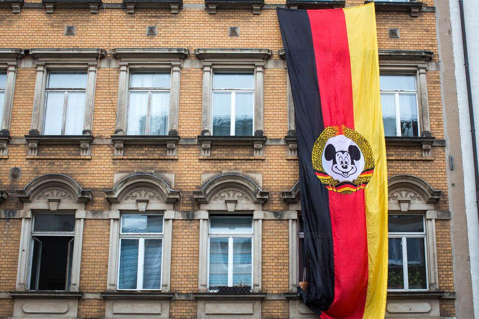 Im Jahr 1990 haben Bewohner der Dresdner Neustadt die Bunte Republik gegründet, aus Furcht, aus ihrem Stadtteil könnte ein Banken- und Vergnügungsviertel werden. Seitdem begleitet die BRN das SYmbol der Mickey Mouse.
