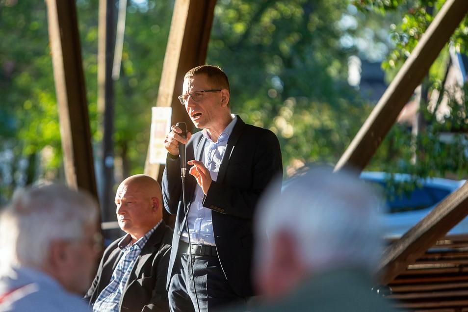 Glashüttes Bürgermeister Markus Dreßler warb am Dienstag für Zustimmung für das neue Baugebiet an der Hermsdorfer Straße in Hirschbach.