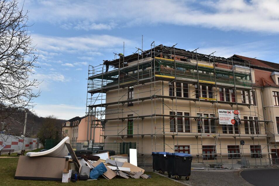 Am ehemaligen Kaufhaus in Potschappel haben nach dem Brand erste Sicherungsarbeiten begonnen.