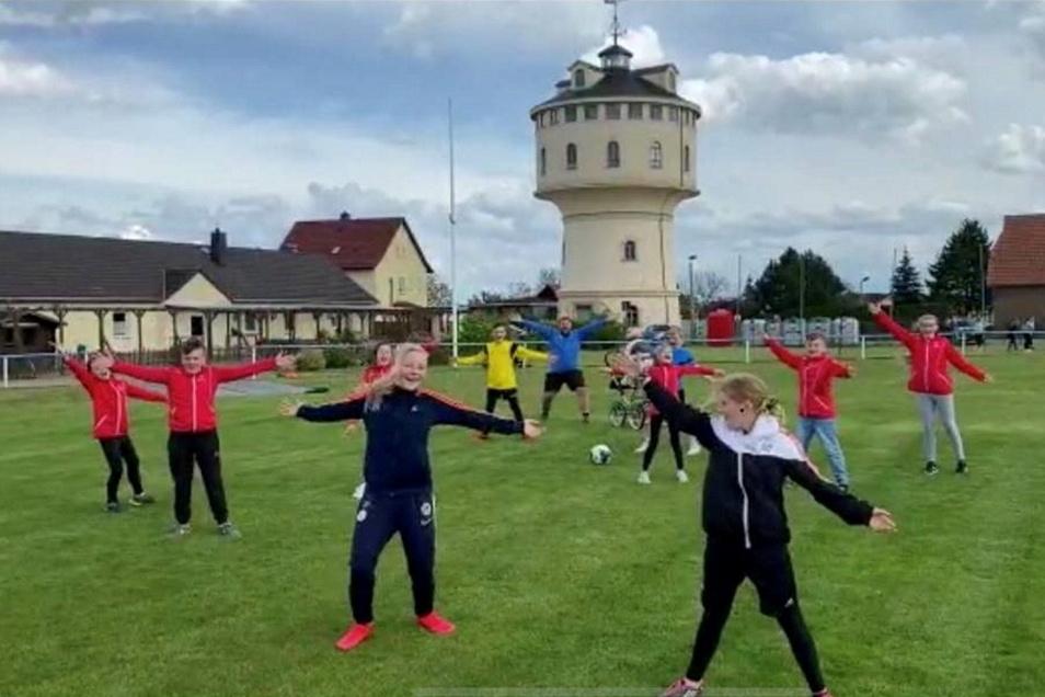 Die Strehlaer Funkenmariechen tanzen vor und die Fußballer machen mit.