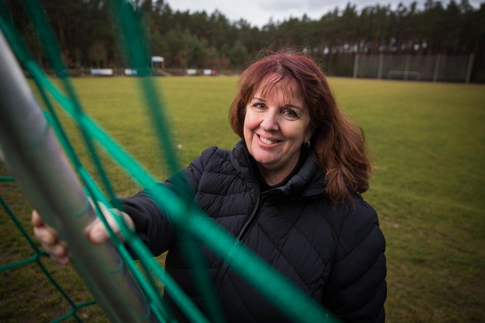 Die Geschäftsführerin des SV Lomnitz, Fiona Hahn, auf der Sportanlage, die bald bei den abendlichen Trainingseinheiten der Hobbykicker besonders hell erstrahlen wird.