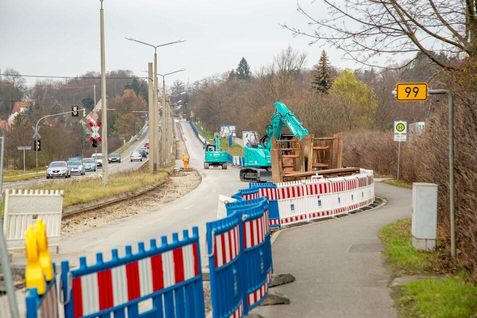 Durch die Baustelle am Weinberg ist die Bundesstraße B 99 halbseitig gesperrt. Der stadteinwärtige Verkehr wird über die Gegenspur den Berg hochgeleitet.
