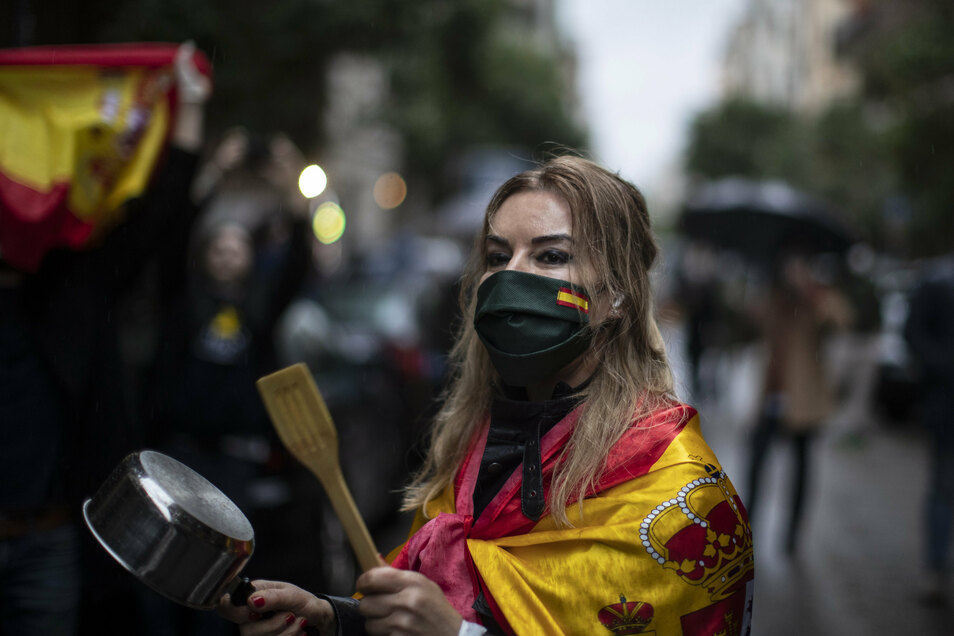 Der Protest gegen den Lockdown nimmt in Spanien zu - wie hier kürzlich in Madrid. Mit Schlägen auf Töpfe machten Demonstranten ihrem Ärger Luft.