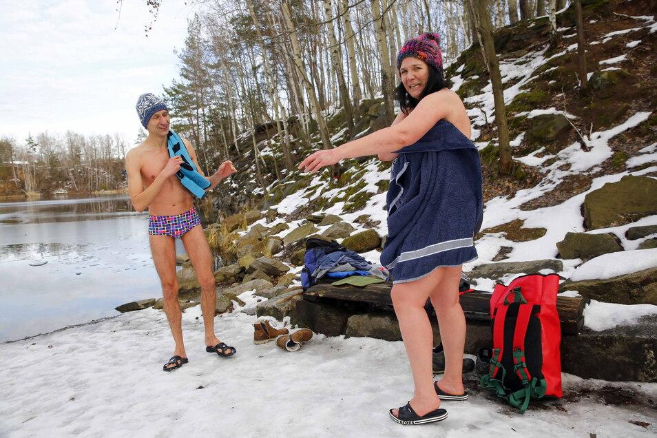 Schnelles Abtrocknen und Anziehen sind wichtig. Denn auch wenn die Durchblutung prima klappt, kühlt man bei den winterlichen Temperaturen schnell aus.